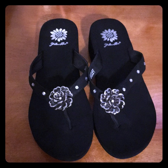 77d72afb8 Yellow Box Flip Flop Sandals - Leather Straps. M 5aaeca8c3b1608e2a3308f29